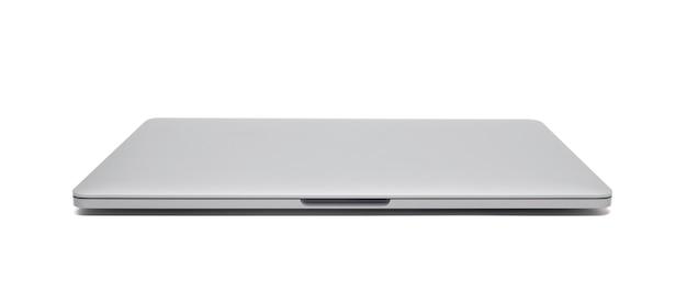 Geschlossener laptop lokalisiert auf weißem hintergrund mit beschneidungspfad.