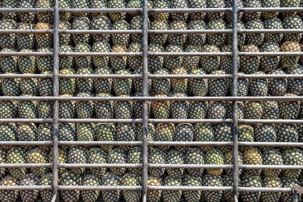 Geschlossener schuss von den frischen ananas gestapelt in einem transportwagen bereit zum markt