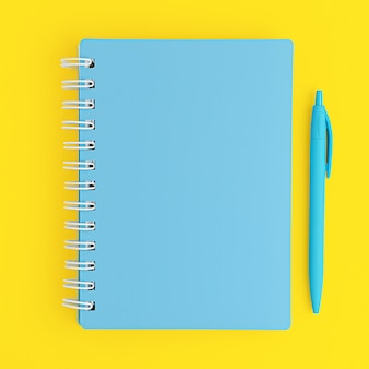 Geschlossenes blaues notizbuch und stift auf gelbem hintergrund. draufsicht, modell.