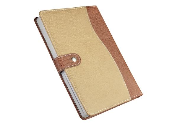 Geschlossenes notizbuch, tagebuch auf weißem hintergrund...