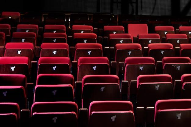 Geschlossenes rotes auditorium oder kleine theaterbestuhlung