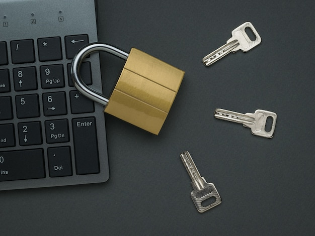 Geschlossenes schloss, tastatur und drei tasten. das konzept der computersicherheit. flach liegen.