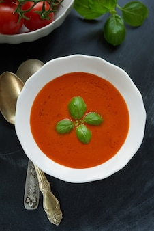 Geschmackvolle draufsicht der tomatensuppe.