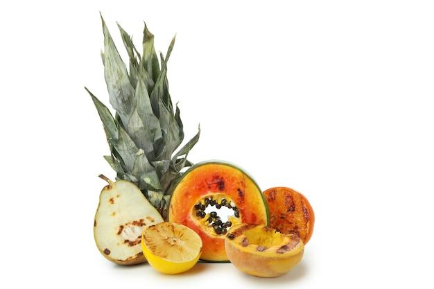 Geschmackvolle gegrillte früchte isoliert auf weißem hintergrund.