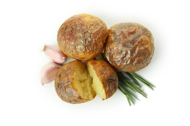 Geschmackvolle ofenkartoffel lokalisiert auf weißem hintergrund.