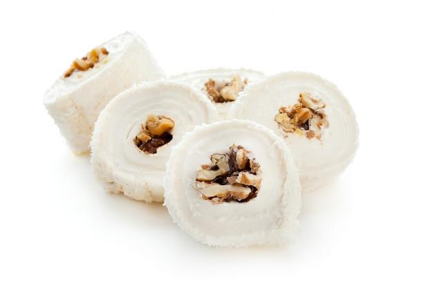 Geschmackvolle orientalische bonbons getrennt auf weiß