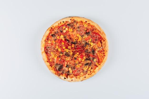 Geschmackvolle pizza auf weißem hintergrund. flach liegen.