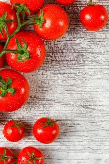 Geschmackvolle tomaten auf schmutzhintergrund, hohe winkelansicht.