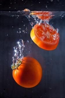 Geschmackvolle tomaten in wasser getaucht