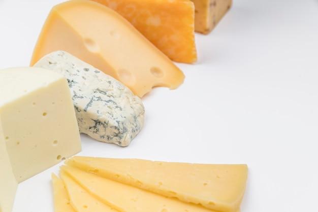 Geschmackvolle vielzahl der nahaufnahme des käses auf dem tisch