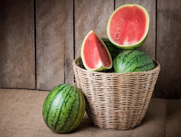 Geschmackvolle wassermelone auf hölzernem hintergrund