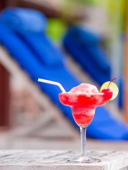 Geschmackvoller erdbeer-margarita-swimmingpool