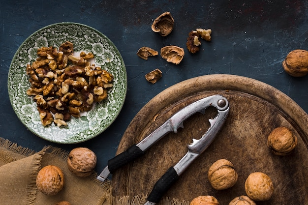 Geschmackvoller feinschmeckerischer snack der draufsicht auf dem tisch
