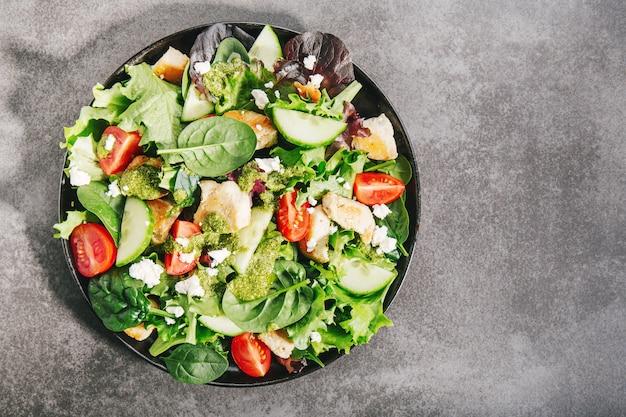 Geschmackvoller frischer salat mit hühnchen, pesto und gemüse