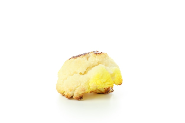 Geschmackvoller gebackener blumenkohl lokalisiert auf weißem hintergrund.