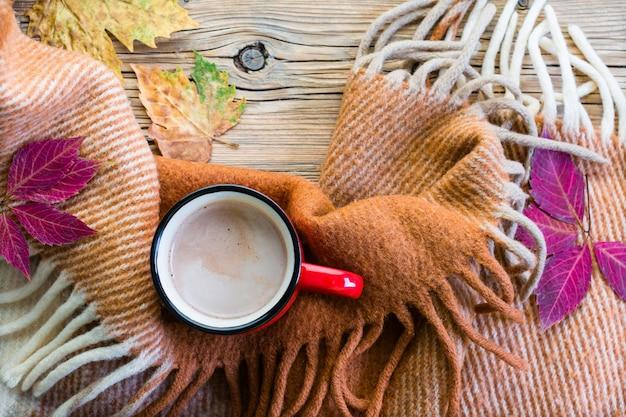 Geschmackvoller heißer kakao, plaid und herbstlaub.