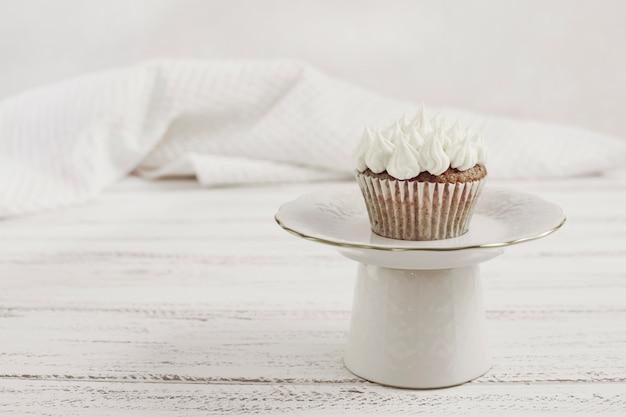 Geschmackvoller kleiner kuchen auf einer platte