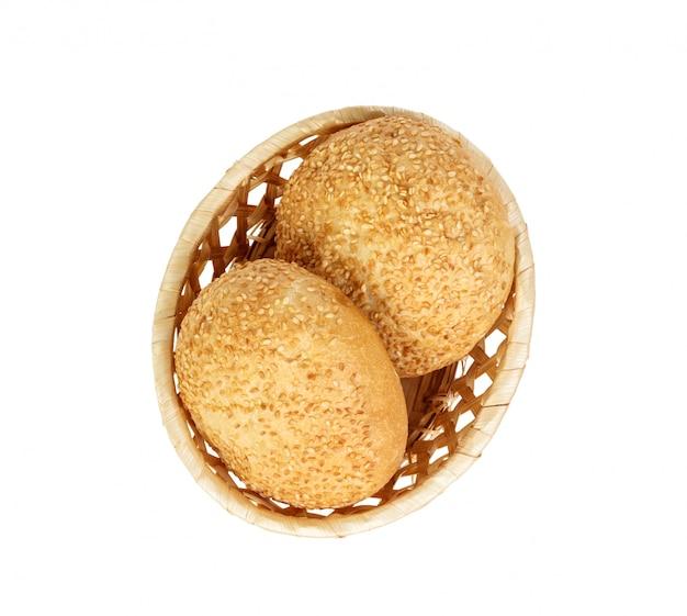 Geschmackvoller korb mit dem brötchenbrot auf weiß lokalisiert. leckere verschiedene bagels. ansicht von oben