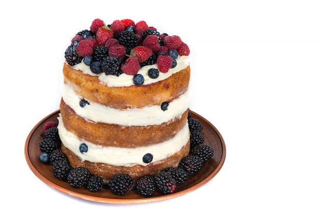 Geschmackvoller kuchen mit der erdbeere, himbeere und brombeere getrennt auf weiß
