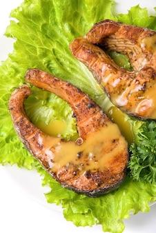 Geschmackvoller kumpellachsfischgericht lokalisiert auf einem weißen hintergrund