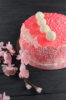 Geschmackvoller schöner süßer rosa kuchen gebacken mit dekoration und sahnemastix