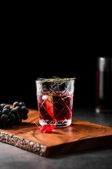 Geschmackvolles cocktailgetränk mit exemplarplatz