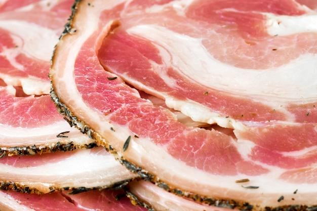 Geschmackvolles geschnittenes schweinefett, schweinefleischspeck, fleisch, jamon, prosciutto auf weiß, abschluss oben