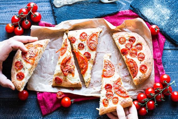 Geschmackvolles handgemachtes tomaten-pizza-brot