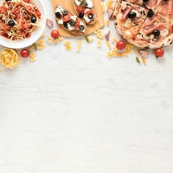 Geschmackvolles italienisches lebensmittel auf weißem schreibtisch