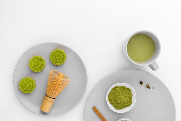 Geschmackvolles matcha teekonzept der draufsicht auf dem tisch