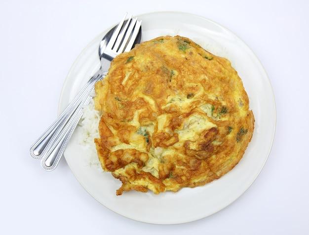 Geschmackvolles omelett und reis, thailändisches menü