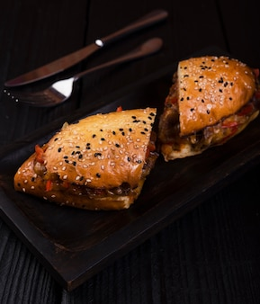 Geschmackvolles sandwich beinahe eingeschnitten mit nahaufnahme