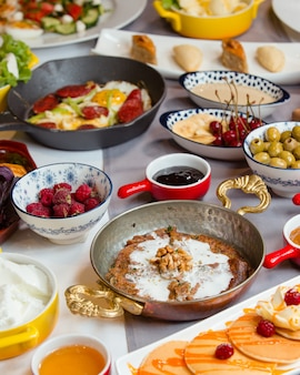 Geschmackvolles traditionelles aserbaidschanisches frühstück mit kookoo, wurst und ei, pfannkuchen, salat