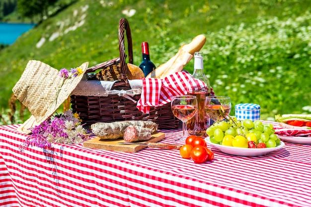 Geschmecktes picknick auf dem gras in der nähe eines sees