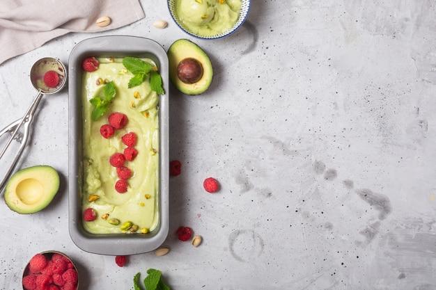 Geschmolzene hausgemachte bio-avocado und minzeis in einer schüssel mit kopierraum
