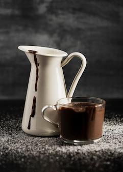 Geschmolzene schokolade in bechern und zucker