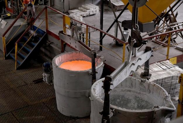 Geschmolzenes rohaluminium in einem eimer wird aus der gießerei des wolgograder aluminiumwerks transportiert