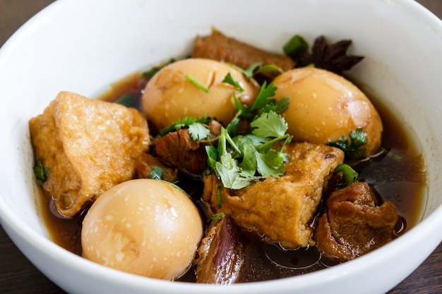 Geschmorte eier - thailändisches essen