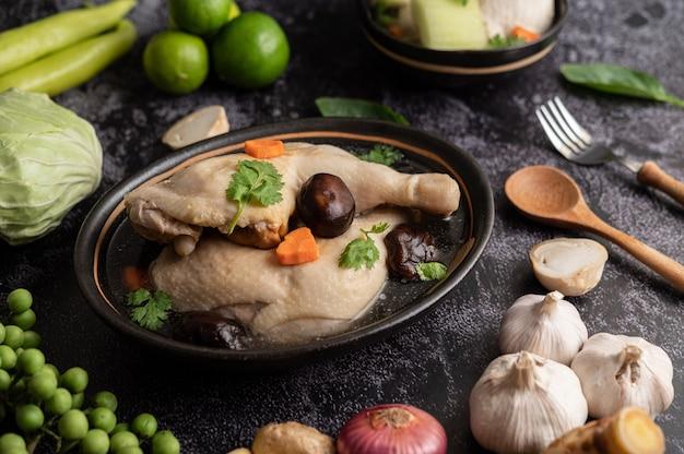 Geschmorte hähnchenkeulen, galangal, knoblauch und zitrone