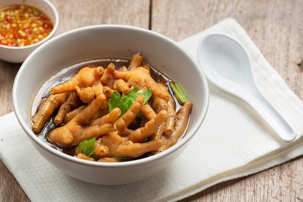 Geschmorte hühnerfußsuppe mit würziger fischsauce