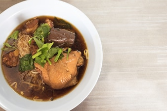 Geschmorte Hühnernudelsuppe Thai-Stil.