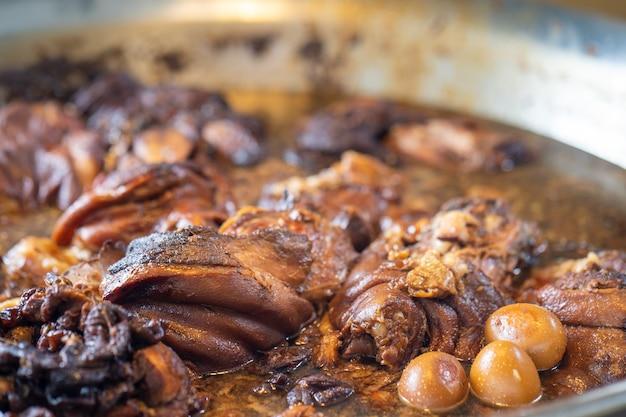 Geschmorte schweinekeule mit gekochten eiern