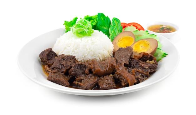 Geschmorter rindereintopf mit reis und ei rezept serviert chili fisch sauce dekoration schnitzen gemüse thai style seitenansicht