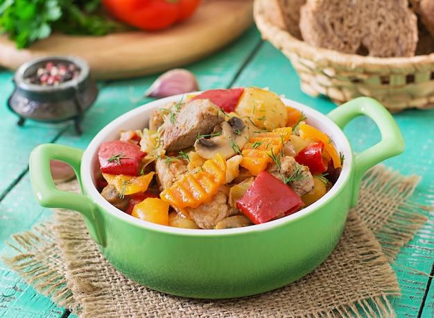 Geschmortes fleisch mit gemüse