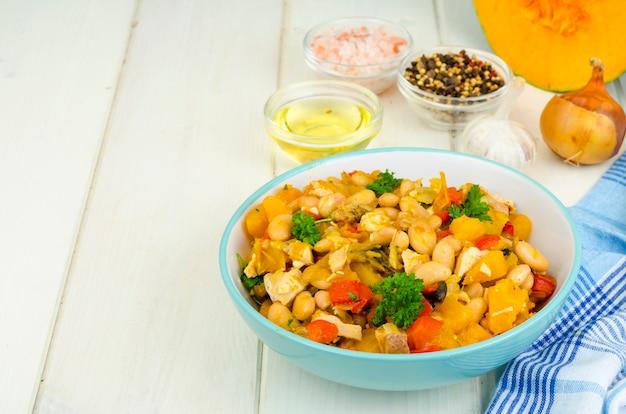 Geschmortes gemüse mit kürbis, fleisch und bohnen