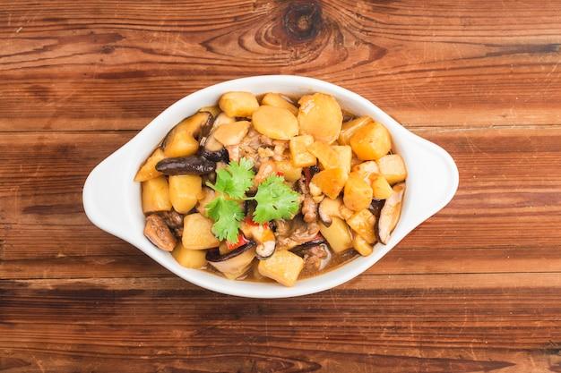 Geschmortes huhn mit kartoffel und pilz