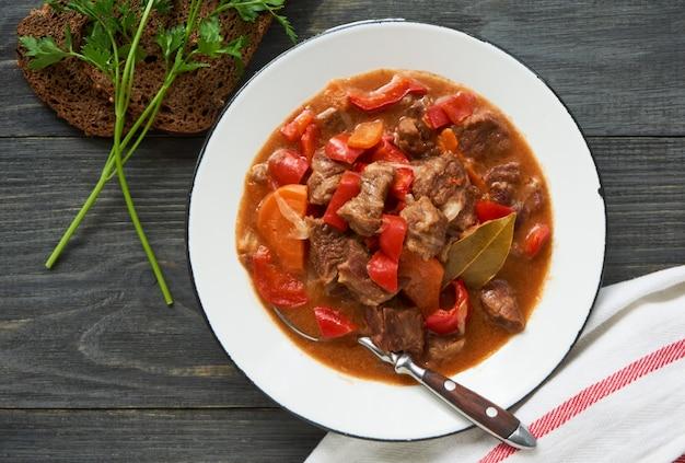 Geschmortes rindfleisch in tomatensauce mit gemüse
