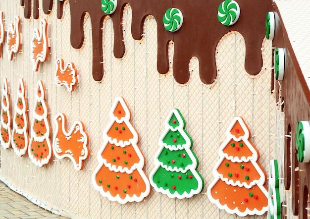 Geschmückte weihnachtswand im freien