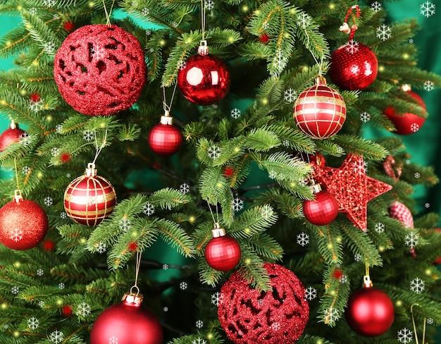 Geschmückter weihnachtsbaum auf stoffoberfläche