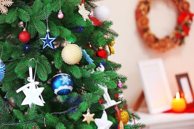 Geschmückter weihnachtsbaum im zimmer, nahaufnahme